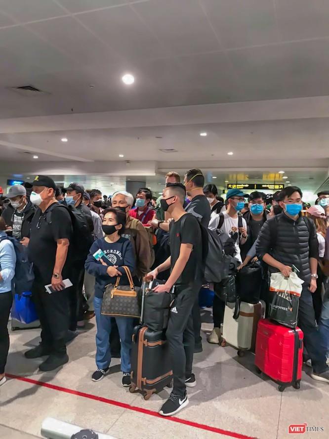 Hàng người chờ nhập cảnh vào Việt Nam tại sân bay Tân Sơn Nhất hôm 15/3 (Ảnh nhân vật gửi tới VietTimes)