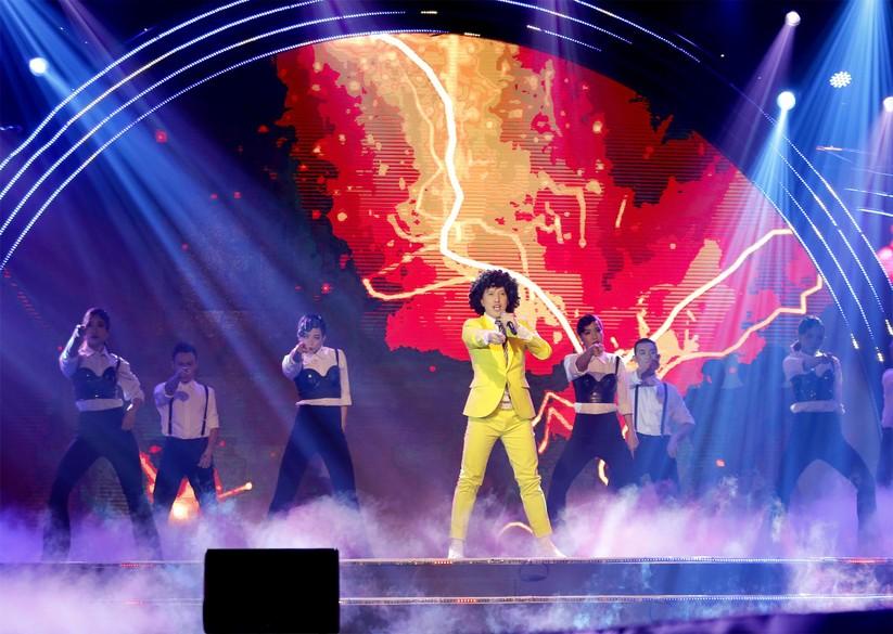 Ca sĩ Y Thanh biểu diễn trên sân khấu Việt