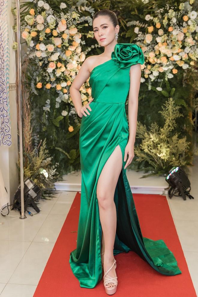 Thùy Trang trong các trang phục cắt xẻ táo bạo khi đi sự kiện