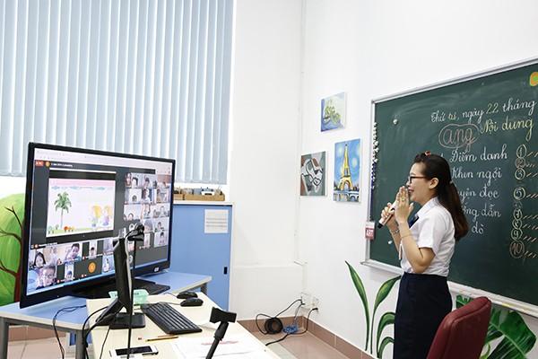 Thầy trò Vstar School học online trong lúc phải nghỉ để tránh dịch COVID-19 (Ảnh: Vstar School)
