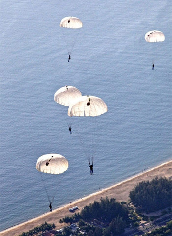 Những hiểm nguy đe dọa tính mạng phi công nhảy dù trên biển ảnh 1