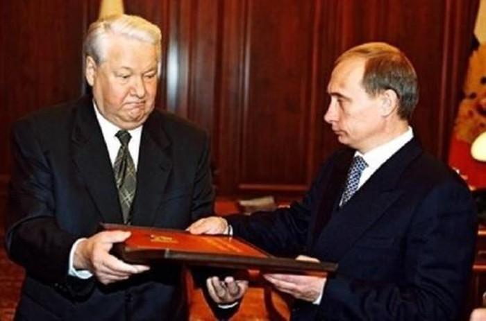 Boris Yeltsin trao quyền Tổng thống Nga cho V.Putin ngày 31/12/1999 (Ảnh của Kremlin.ru)